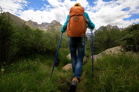 Kobieta turysta z plecakiem wędrówki w naturze photo