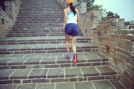 Jeune, femme, piste, coureur, courant, grand, mur, sommet, montagne photo