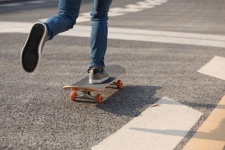 Skateboarder sakteboarding on city highway 版權商用圖片