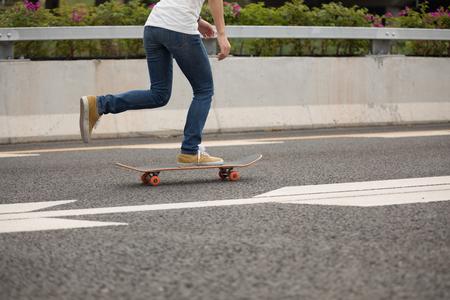 Skateboarder sakteboarding on highway 版權商用圖片