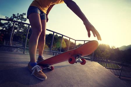 skateboarder skateboarding on skatepark ramp 版權商用圖片