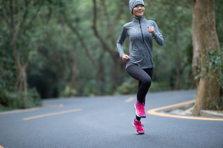 Mujer corriendo en Winter Park Road Foto de archivo