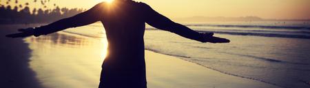 Mujer libre feliz al amanecer en la playa