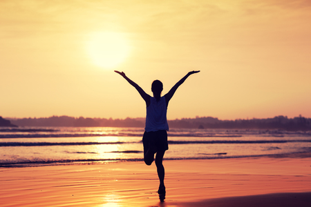 Happy Free Woman at Sunset on the Beach Imagens