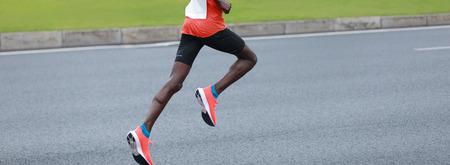 gambe del corridore di maratona in esecuzione su strada di città Archivio Fotografico
