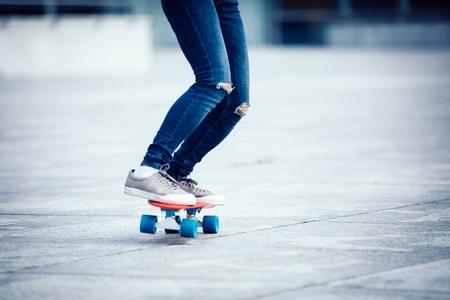 woman skateboarder skateboarding at city Foto de archivo