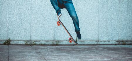 Skateboarder skateboarding at city Stockfoto