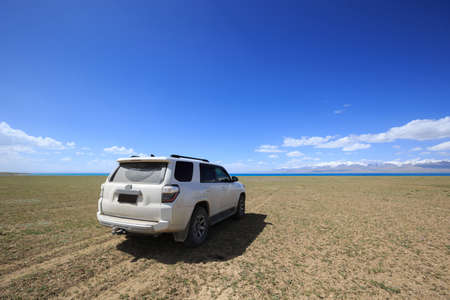 Off road car on the lakeside in tibet,China Banco de Imagens