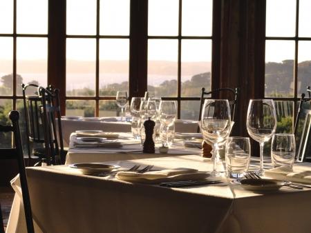 미식 레스토랑 테이블은 오후 빛에서 손님을 기다리고 있습니다.