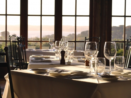 reservacion: Tablas Gourmet esperar a sus invitados en la luz de la tarde.