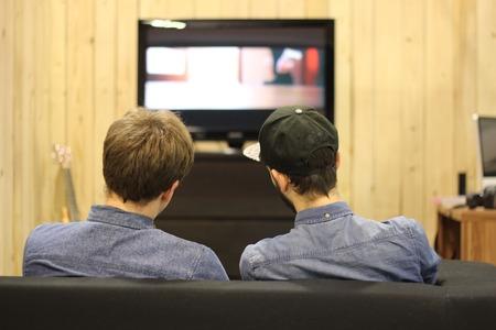 ver television: Los ni�os ven la televisi�n