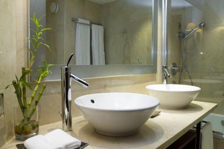 clean bathroom: Modern style interior design of a bathroom