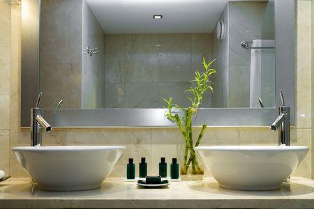 lavabo salle de bain: Design int�rieur moderne de style d'une salle de bain Banque d'images