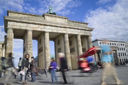 portones: Turista en Berl�n sobre la puerta de Brandenburgo