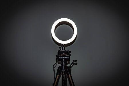 Lámpara de anillo LED con brillo ajustable para una cámara de estudio, teléfono fotográfico, lámpara de video con trípodes Foto de archivo