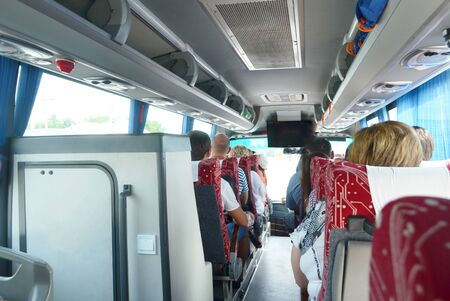 voyage touristique en bus avec des gens, rideaux bleus, porte-bagages