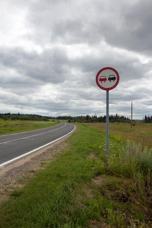 prohibido: Imagen vertical de un letrero de adelantamiento prohibido Foto de archivo