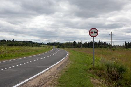 prohibido: Imagen horizontal de un letrero de adelantamiento prohibido Foto de archivo