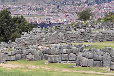 ペルー・クスコのサクサイワマン遺跡の記念碑的なインカの壁