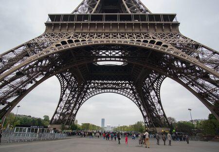 Turysta czeka na wejście u podstawy wieży Eiffla rano 11 kwietnia 2017 r. w Paryżu, Francja Publikacyjne