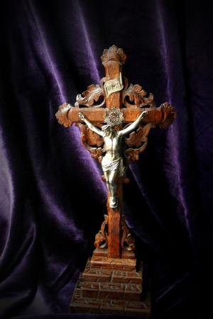 Crocifisso in legno intagliato intorno al 1900. Le foglie simboleggiano l'albero della vita restituito all'uomo dalla morte di Cristo. Archivio Fotografico - 8995085