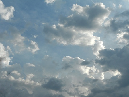 fragmented: Fragmented cumulus clouds hint at the possibility of a rainstorm.
