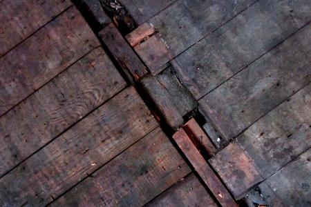 floorboards: Lamentando la tarima en la planta conjunta de piso viejo e incluso mayores. Fondo del grunge de Buen. Foto de archivo
