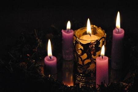 corona de adviento: Velas de Adviento corona de flores, púrpura tres y una rosa, la luz larga, que dura cuatro semanas de espera para la Navidad, el nacimiento de Cristo, luz del mundo. Foto de archivo