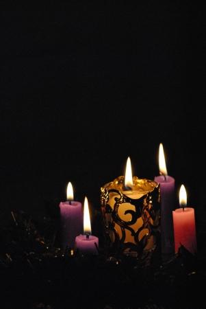 velas de navidad: Velas de Adviento corona de flores, p�rpura tres y una rosa, la luz larga, que dura cuatro semanas de espera para la Navidad, el nacimiento de Cristo, luz del mundo. Foto de archivo