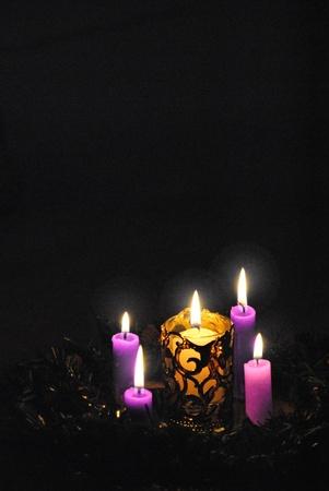 advent: Advent krans kaarsen, drie paarse en een roze, licht de lange, lange vier weken wachten op Kerstmis, de geboorte van Christus het licht van de wereld.