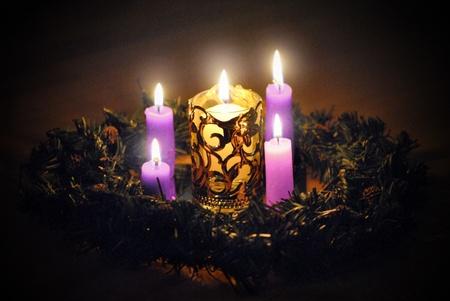 corona de adviento: Velas de Adviento corona de flores, p�rpura tres y una rosa, la luz larga, que dura cuatro semanas de espera para la Navidad, el nacimiento de Cristo, luz del mundo. Foto de archivo