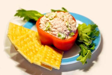 abstinence: Rosso peperone ripieno di insalata di tonno, con i cracker sul lato Archivio Fotografico