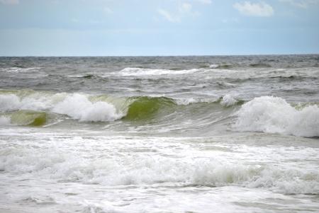 frothy: Onde schiumose crashiing sulla riva Archivio Fotografico