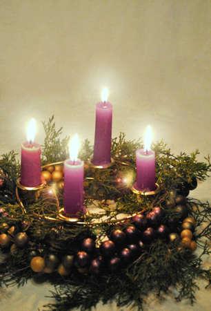 corona de adviento: Corona de Adviento con velas encendidas