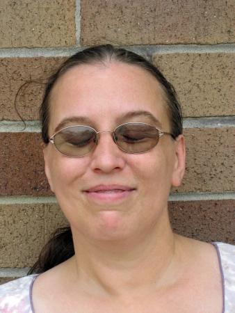 przewidywanie: Kobieta z zamkniętymi oczami uśmiecha się w oczekiwaniu Zdjęcie Seryjne