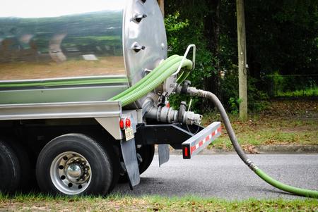 Camión cisterna transporta los residuos de distancia del tanque séptico Foto de archivo - 56387908
