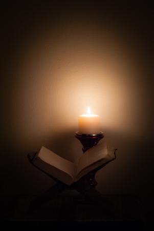 luz de velas: Biblia en las velas.