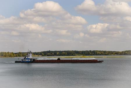 Towboat 테네시 강 바지선을 밀고입니다. 에디토리얼