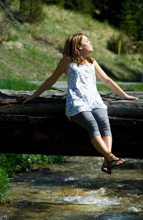 ragazza seduta sul ponte Archivio Fotografico