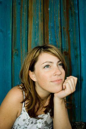 ragazza di fronte a casa di legno blu