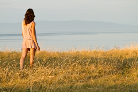junge Frau im Kleid Blick aufs Meer Standard-Bild