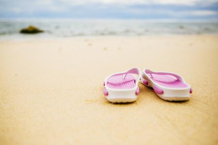 Infradito sulla spiaggia di sabbia