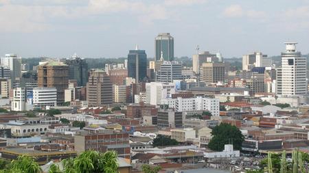 zimbabwe: A vista de pájaro de Harare, visto desde el montículo, una colina que domina la ciudad desde el lado occidental. Harare es la ciudad más grande Zimbabwes 'y su capital.