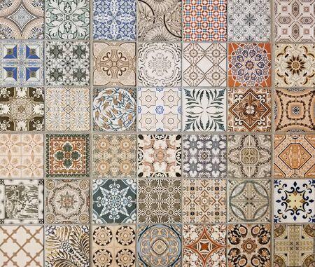 Textura: variedad de coloridos azulejos de cerámica cuadrados de estilo mediterráneo con muchos tonos de azul, rojo, marrón, beige y diferentes patrones abstractos para una apariencia rústica.