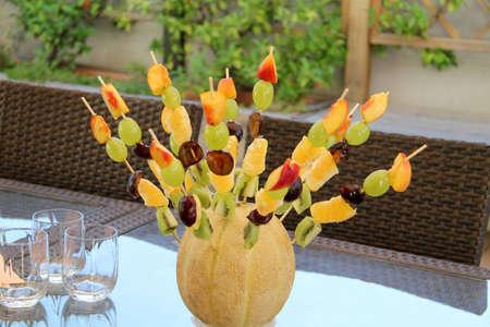 brochetas de frutas: aperitivo en el jardín, con brochetas de frutas