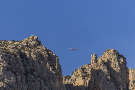 Airplane flying over mountains Banque d'images - 120359246