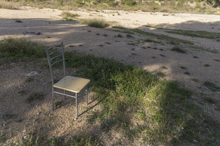 Abandoned chair in nature Banque d'images - 120359252