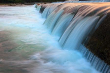 Agua que fluye abstracto de una presa