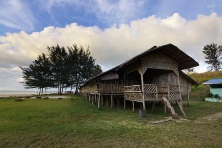 サバ州、ボルネオ島、マレーシアの伝統的な木製のロングハウス