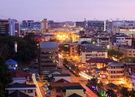 サバ州、ボルネオ島、マレーシアの夕暮れの街並み